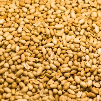 Voller rahmen von abgezogenen erdnüssen für hintergrund
