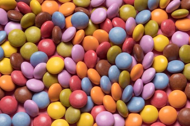 Voller rahmen von bunten mehrfarbigen edelstelsüßigkeiten