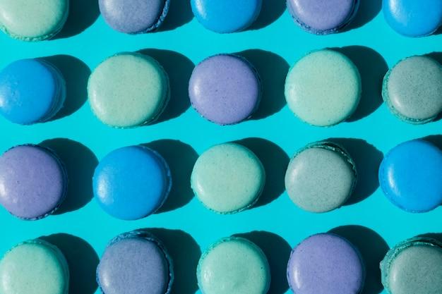 Voller rahmen von makronen auf blauem hintergrund