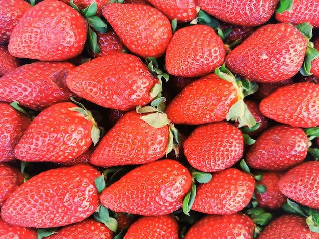 Voller rahmen von riesigen und perfekten erdbeeren.