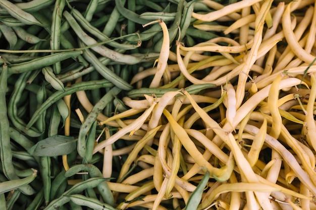 Voller rahmen von schlanken weißen und grünen bohnen