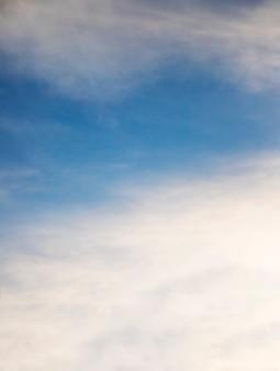 Voller rahmen von weißen wolken im himmel