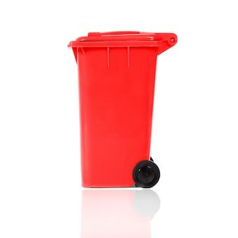 Voller roter papierkorb mit kunststoff