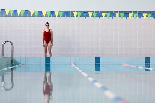 Voller schuss der weiblichen schwimmerin des sitzes