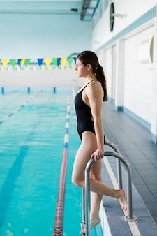 Voller schuss des attraktiven schwimmers