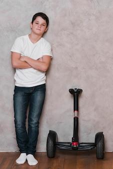Voller schuss des jungen mit hoverboard