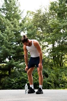 Voller schuss des läufers im park