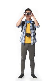 Voller schuss des mannes schauend durch das binokulare glas, das kamera gegenüberstellt