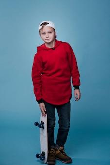 Voller schuss des modernen jungen mit skateboard