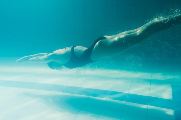 Voller schuss des schwimmertauchens