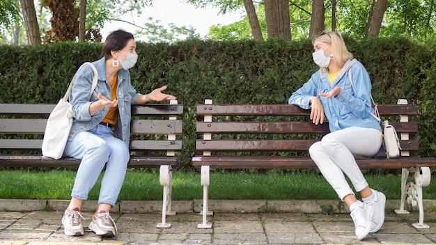 Voller schuss des sozialen distanzierungskonzepts