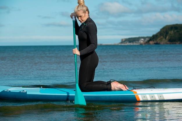 Voller schuss frau paddleboarding