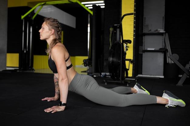 Voller schuss frauentraining im fitnessstudio