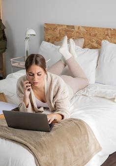 Voller schuss gestresste frau, die am telefon spricht