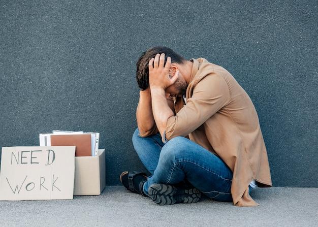 Voller schuss gestresster mann, der arbeit sucht