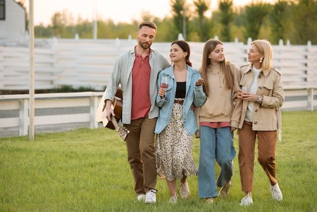 Voller schuss glückliche familie im freien