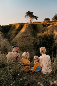 Voller schuss glückliche familie in der natur