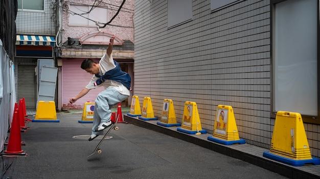 Voller schuss japanischer mann, der tricks macht