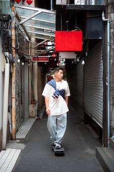 Voller schuss japanischer mann
