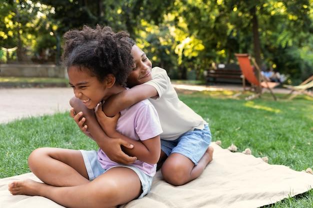 Voller schuss kinder, die draußen spielen