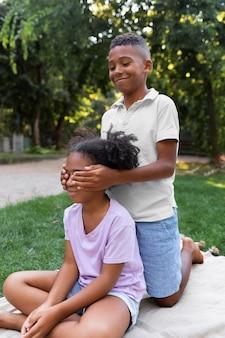 Voller schuss kinder, die zusammen draußen spielen