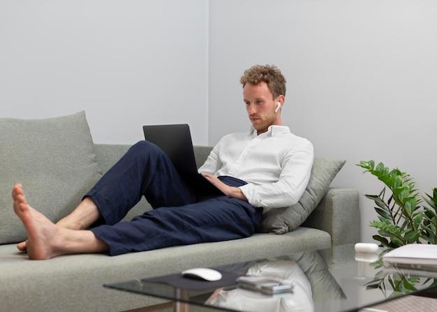 Voller schuss mann arbeitet am laptop