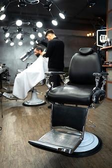 Voller schuss mann bekommt einen haarschnitt