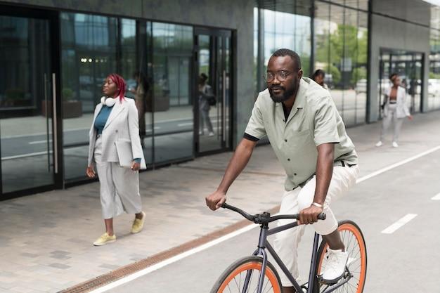 Voller schuss mann, der fahrrad fährt