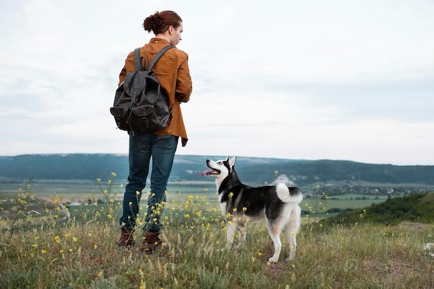 Voller schuss mann, der mit hund reist