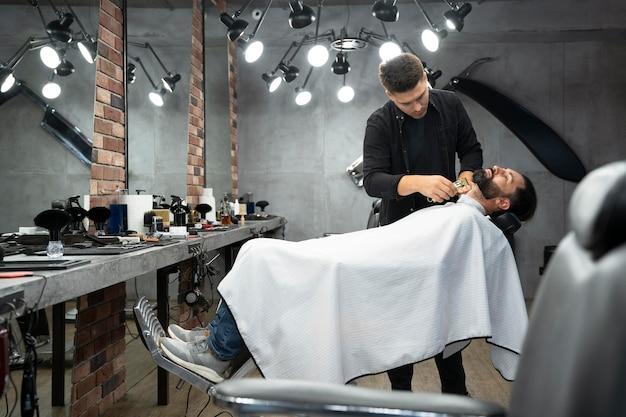 Voller schuss mann im friseurladen