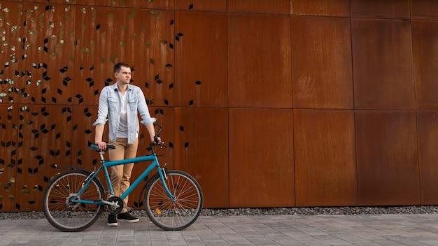 Voller schuss mann mit fahrrad
