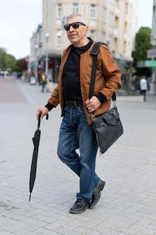 Voller schuss mann mit regenschirm