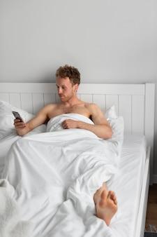 Voller schuss mann mit smartphone