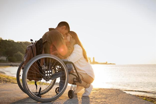 Voller schuss romantisches paar im urlaub