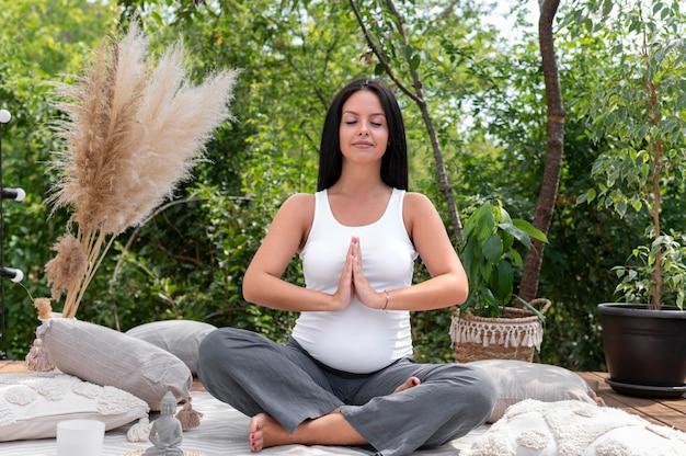 Voller schuss schwangere frau beim meditieren