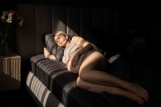 Voller schuss schwangere frau schläft