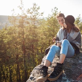 Voller schuss süßes paar in den bergen