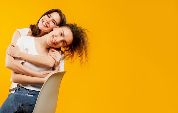 Voller schuss von glücklichen freunden, die sich umarmen
