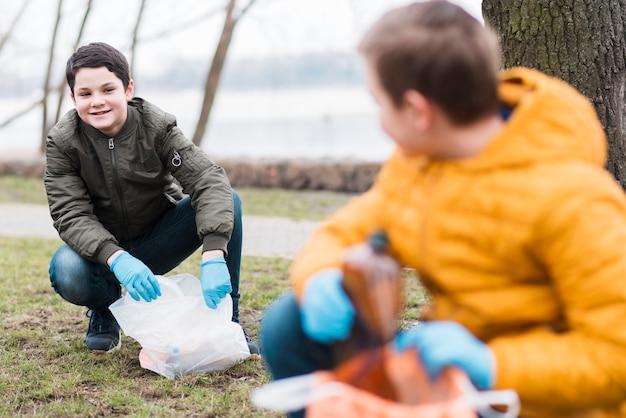 Voller schuss von kindern mit plastiktüten