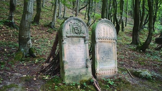 Voller schuss zwei grabsteine auf dem alten friedhof. grabsteine auf jüdisch