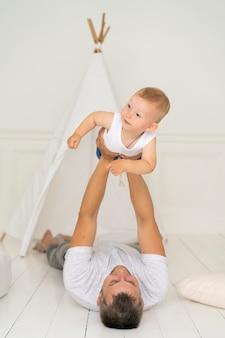 Voller schussvater, der mit seinem baby spielt