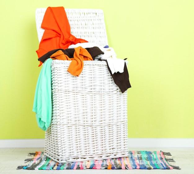 Voller wäschekorb auf holzboden