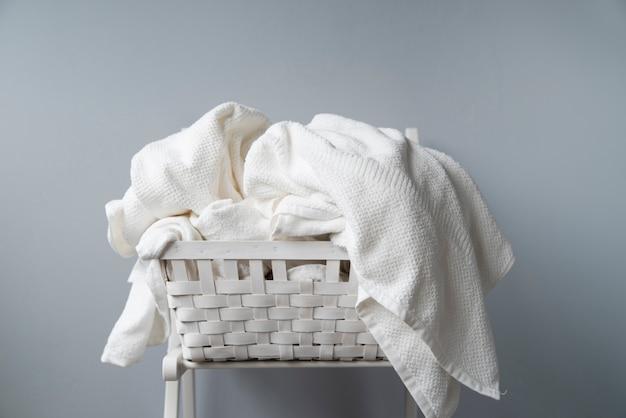 Voller wäschekorb der vorderansicht