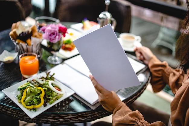 Volles amerikanisches frühstück riesiges gesundes frühstück auf einem tisch mit kaffee frühstück serviert mit kaffee englisch frühstück spiegelei croissants