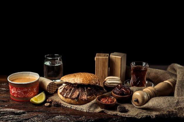 Volles business-lunch bestehend aus suppe, hauptgericht und dessert