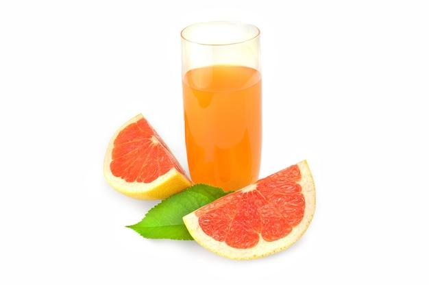 Volles glas grapefruitsaft und zwei keile isoliert.