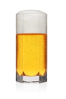 Volles glas hellgelbes bier auf weißem hintergrund.