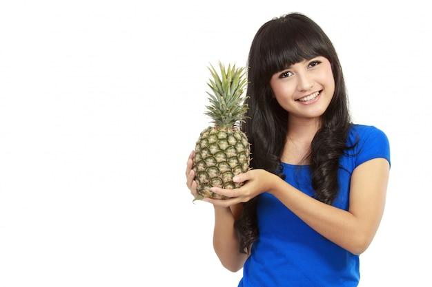 Volles isoliertes porträt einer schönen kaukasischen frau mit ananas