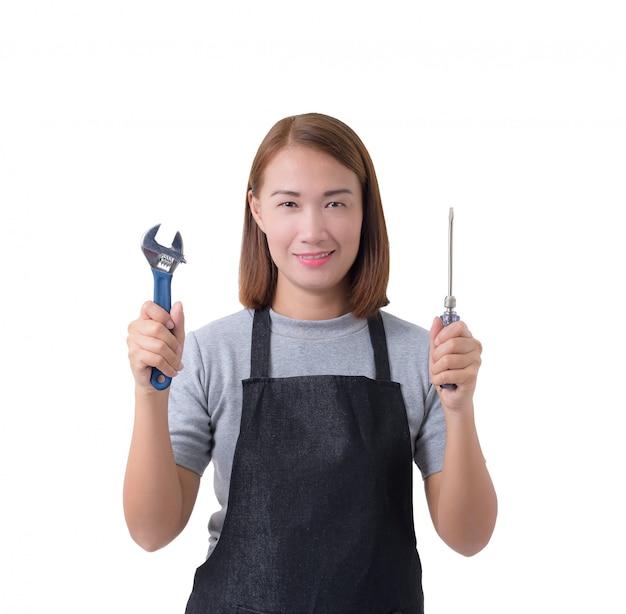 Volles körperporträt einer arbeitnehmerfrau oder der service-frau im grauen hemd und im schutzblech hält schlüssel