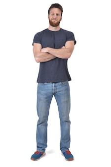 Volles porträt eines mannes mit den armen kreuzte auf weiß